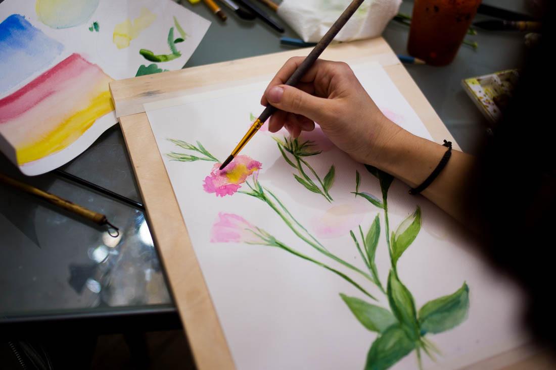 Мастер рисует акварелью